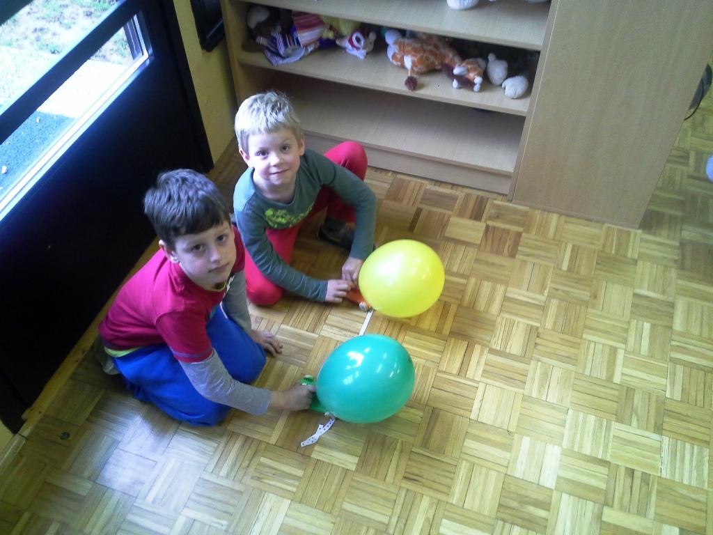 Tehniški dan v 1. b razredu –  avtomobilček na pogon z balonom