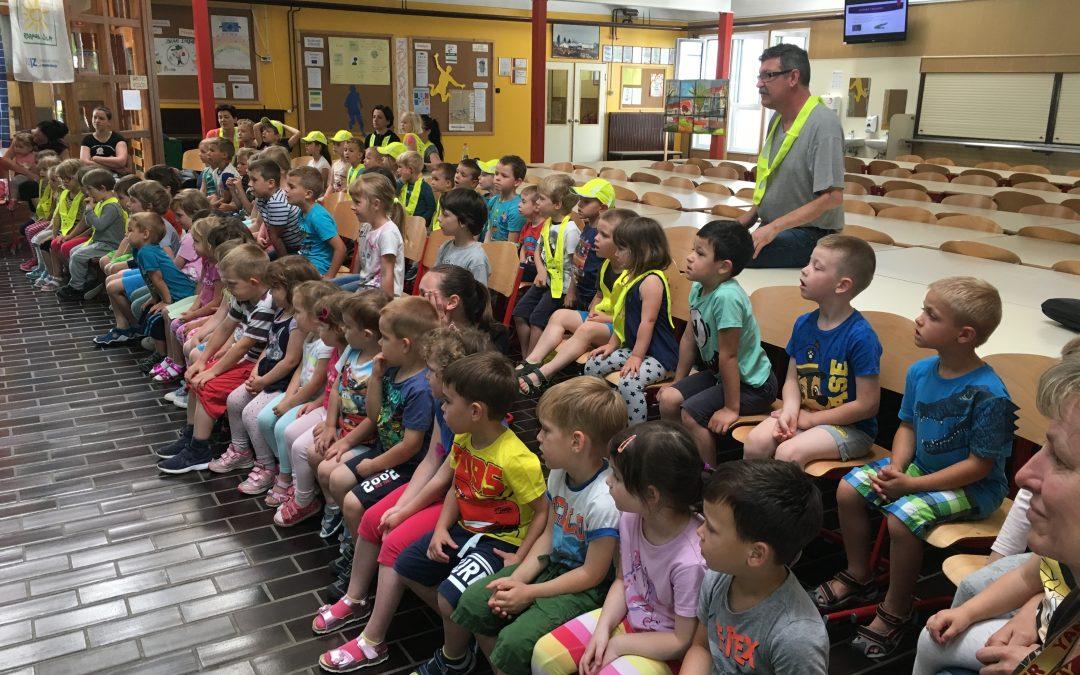 Otroci iz vrtca na obisku v šoli